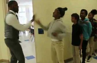 Bu öğretmen bir başka! Her sabah öğrencilerini sıraya dizip...