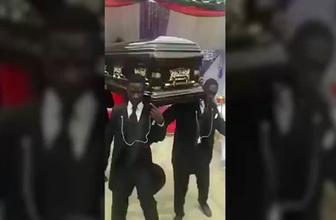 Cenaze töreninde tabutla dans eden Afrikalılar
