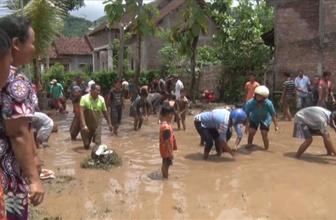 Endonezya'da sel sularında balık yakalama yarışı