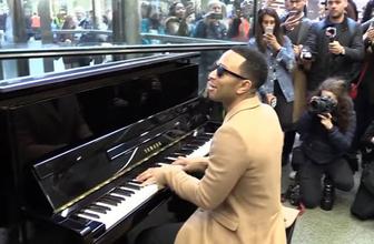 Ünlü şarkıcı Londra tren istasyonunda konser verdi
