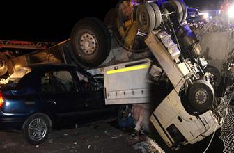 Köprüde asılı kalan TIR'a otomobil çarptı: 1 ölü, 4 yaralı