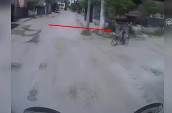 Minibüsün bisikletli çocuğa çarpma anı kamerada