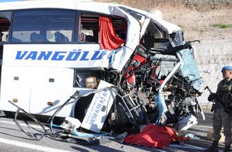 Elazığ'da yolcu otobüsü TIR'a çarptı ölü ve yaralılar var