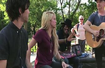 Shakira yeni albüm öncesi sokakta mini konser verdi!