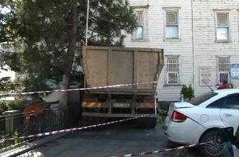 Faciadan dönüldü: Yalıya hafriyat kamyonu çarptı!