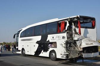 Kurbanlık dolu kamyon otobüse çarptı yaralılar var