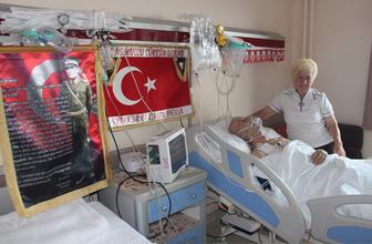 Atatürk sevgisini eşinin hastane odasına taşıdı