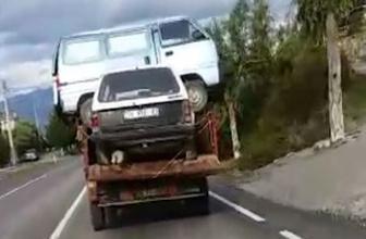 Bir minibüs ve otomobilin yüklendiği kamyonet trafiği tehlikeye soktu