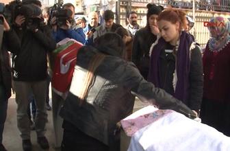 Acılı anne cenazede yakınlarının yüzüne haykırdı