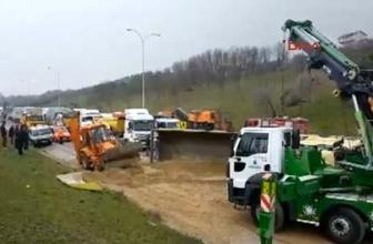 TEM'de kamyon devrildi! Trafiği felç eden kaza