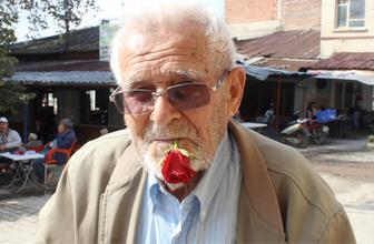 60 yıldır ağzında gül ile dolaşıyor