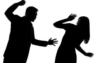 Boşanma aşamasındaki eşini darbetti