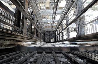 Gökdelenin asansöründen 84 kat düştüler ve yara bile almadılar