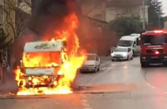 Seyir halindeki servis minibüsü alev yandı