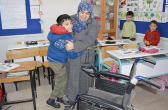 Fedakar babaanne torunu için gün boyu okulda bekliyor