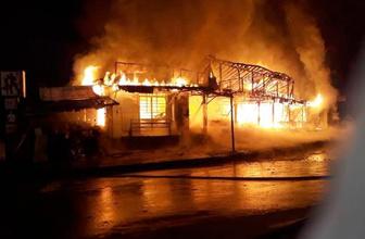 Çarşıdaki 30 dükkanı yaktı serbest kaldı