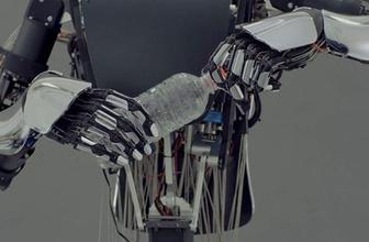 İnsan elini taklit edebilen robot geliştirildi!
