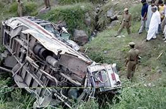 Hindistan'da otobüs uçuruma yuvarlandı: 11 ölü