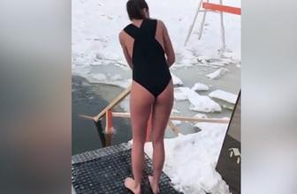 Genç kız buzlu göle böyle girdi