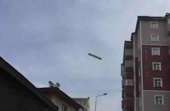 Ev ve iş yerlerinin çatıları havada uçtu, vatandaş sokakları boşalttı