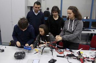 Lise öğrencileri yangın söndüren drone geliştirdi