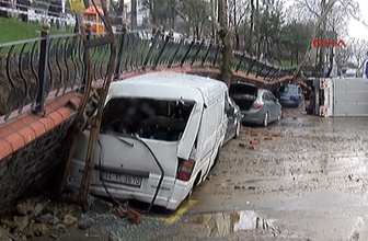 Yağmura dayanamadı! Park duvarı araçların üzerine çöktü