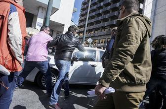 Taksiciler, Uber sürücülerine tekme tokat saldırdı!
