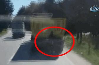 Hafriyat kamyonuna tutunarak ilerleyen patenci kamerada