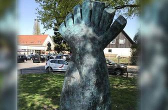 Almanya'da Türk genci için dikilen anıta saldırı