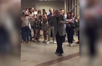 Taksim metrosunda böyle dans etti sosyal medya yıkıldı