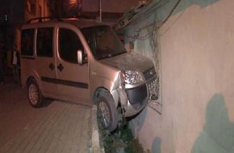 Bağcılar'da otomobil eve girdi: 1 yaralı