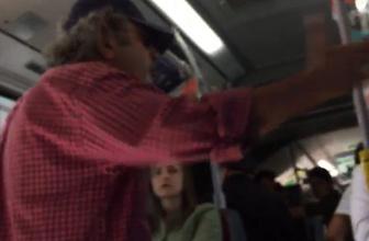 Metrobüste öpüşenlere müdahale eden yolcuya tepki