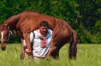 Atı sırtına aldığı gibi taşımaya başladı