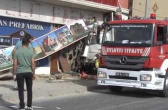 Feci kaza! Kontrolden çıkan kamyon dükkana böyle girdi