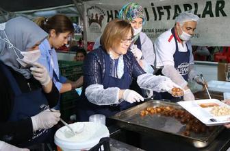 Fatma Şahin ilk orucunu iftar çadırında açtı kendi elleriyle yemek dağıttı