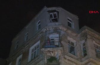 Kadıköy'de tarihi binadan kopan parçalar yola düştü