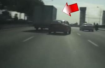 Kamyonet sürücüsünün trafiği tehlikeye düşürdüğü anlar kamerada