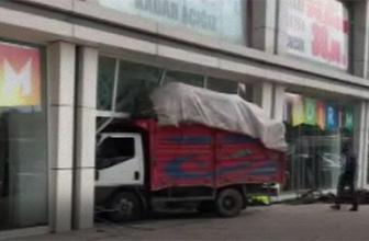Freni patlayan kamyonet AVM'ye daldı!