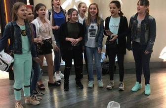 Ukraynalı öğrenciler paraları kalmayınca çareyi şarkı söylemekte buldular