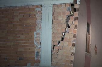 Korku dolu anlar! Üç katlı binada çökme tehlikesi