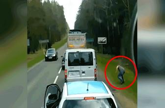 Arabadan dışarı çöp atan kişiye böyle ders verdi!