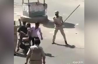 Motosiklete böyle bindiler, polis tarafından sopalarla dövüldüler
