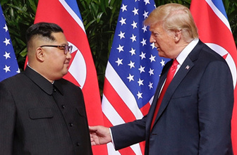 Trump ile Kim tarihi zirvede baş başa görüştü
