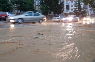 Tokat'ta kuvvetli yağış caddeleri göle çevirdi