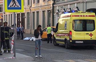 Moskova'da taksi kalabalığın arasına daldı