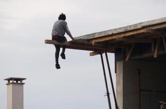 Genç kızın intihar girişimini çekirdek çitleyerek izlediler!