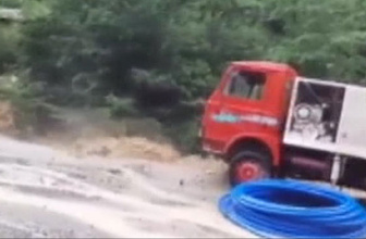 Trabzon'da sel iki büyük aracı böyle yuttu