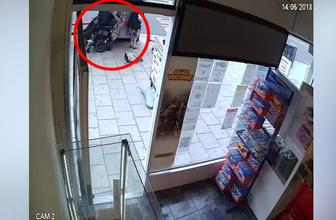 Tekerlekli sandalye kullanan adam iki yaşlı kadını böyle kaldırıma fırlattı!