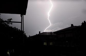 İstanbul'da beklenen sağanak yağış ve dolu etkisini gösterdi!