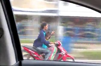 Bir taraftan motosiklet kullandı diğer taraftan...